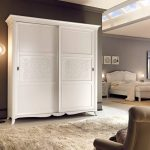 Элегантный шкаф из белого дерева в интерьере квартиры